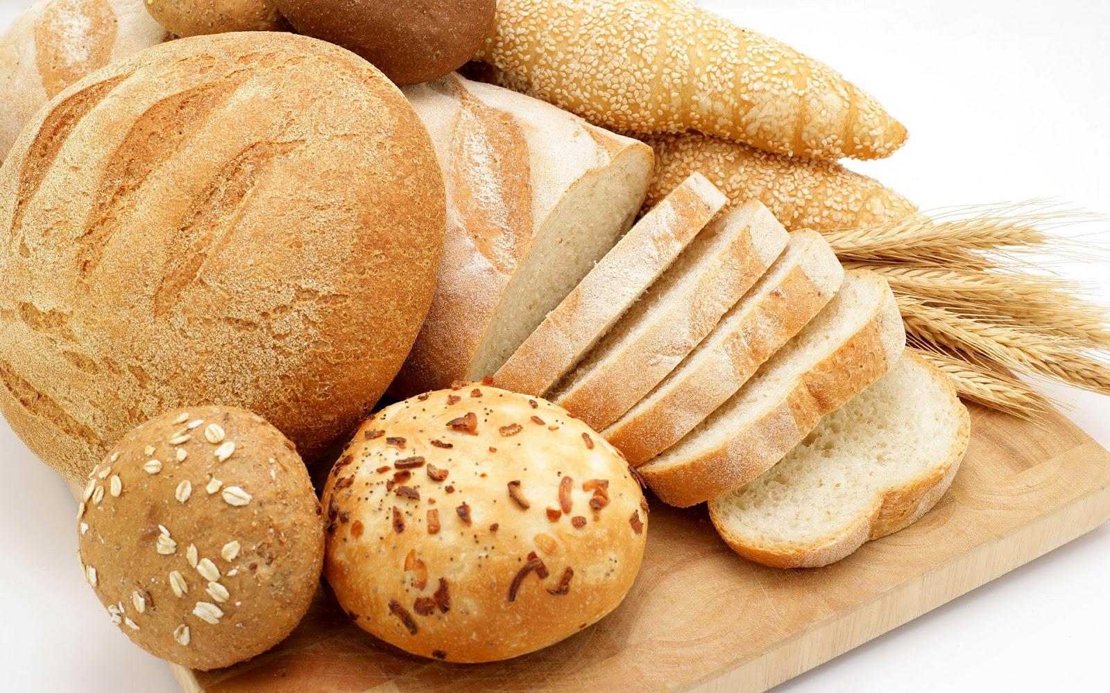 hd-brood-achtergrond-met-brood-op-een-plank-hd-brood-wallpaper-foto-eten